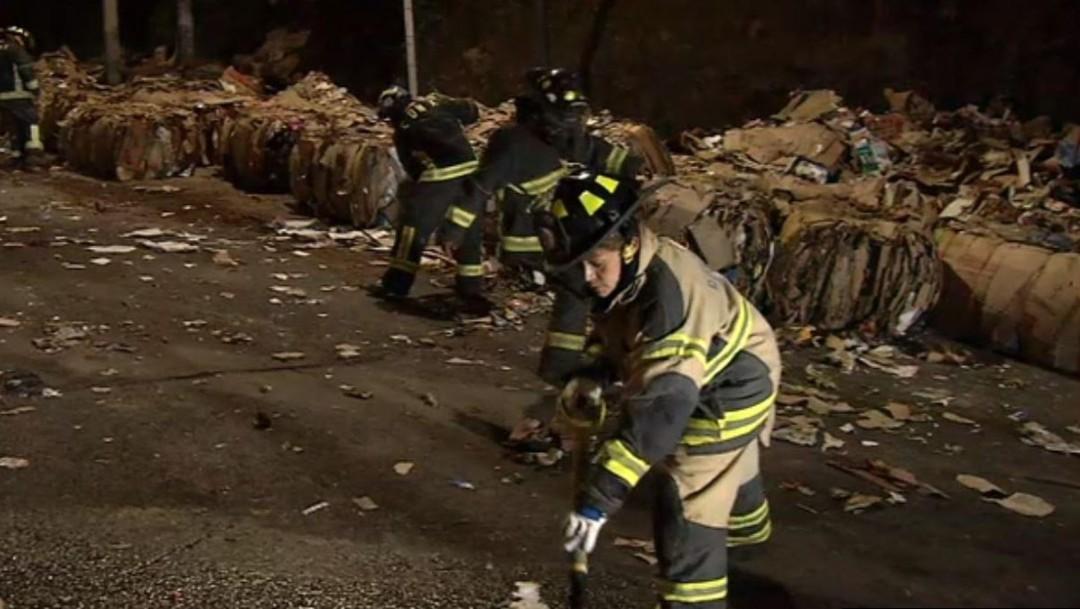 Foto: Durante dos horas más los bomberos trabajaron retirando la carga (Noticieros Televisa)