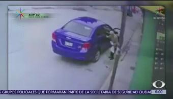 Anciano cae tras bajar de vehículo de app y chofer lo abandona