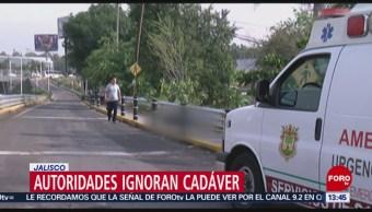 FOTO: Autoridades ignoran un cadáver durante 4 horas en Jalisco