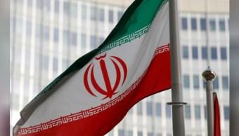 Foto: Imagen de archivo de la bandera de Irán ondeando frente a la sede principal del Organismo Internacional de Energía Atómica (OIEA) en Viena, Austria, el 4 de marzo de 2019 (Reuters)