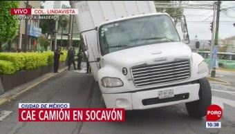 Camión de carga cae a socavón en alcaldía Gustavo A. Madero