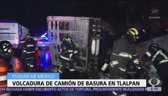 Choque y volcadura de camioneta sobre calzada de Tlalpan