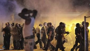 Foto: La policía se retira bajo una nube de gas lacrimógeno tras el enfrentamiento en la comunidad de Frayser, EU. 13 junio 2019
