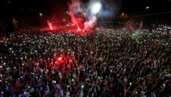 Foto: Los simpatizantes asisten a un mitin de Ekrem Imamoglu, candidato a alcalde del principal partido opositor Partido Popular Republicano (CHP), en el distrito de Beylikduzu, en Estambul, Turquía, el 23 de junio de 2019 (Reuters)