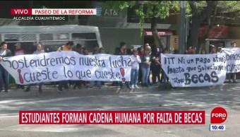 Estudiantes forman cadena humana en Paseo de la Reforma