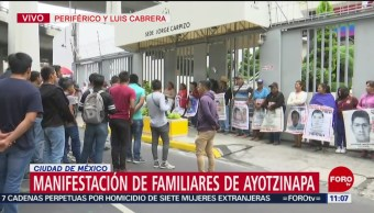 Familiares de estudiantes desaparecidos de Ayotzinapa se manifiestan en CDMX