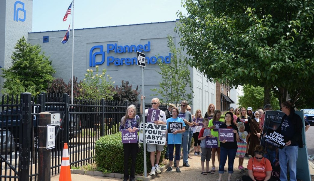 Foto: Grupos antiaborto protestan afuera de una clínica Planned Parenthood en Missouri, EEUU. El 4 de junio de 2019