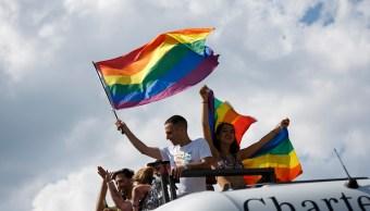 Foto: Participantes de la Marcha del Orgullo Gay en Berlín, Alemania, ondean una bandera arcoíris. El 28 de julio de 2018