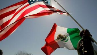 Foto: Un hombre carga una bandera de Estados Unidos y otra de México. El 27 de marzo de 2006