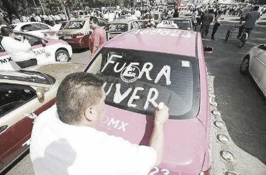 """Foto: Taxista escribió """"Fuera Uver"""". El 3 de junio de 2019"""