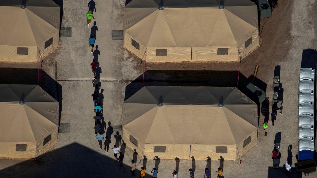 Foto: Niños migrantes son dirigidos a tiendas de campaña en un centro de detención en Tornillo, Texas, EEUU. El 18 de junio de 2018