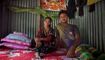 Foto: Shima, de 14 años, posa para una foto con su marido Mohammad, de 18 años, en su casa en Manikganj, Bangladesh. El 19 de agosto de 2015