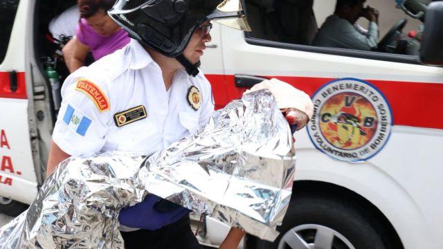 Foto: Paramédicos atienden a un niño atacado por perros pitbull en Chinautla, Guatemala. El 22 de junio de 2019