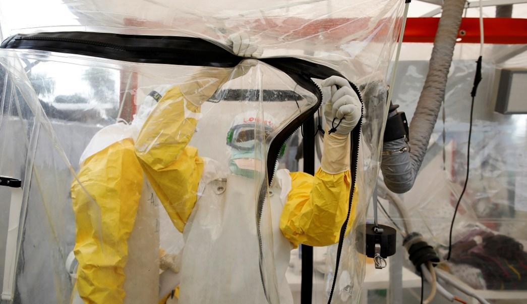 Foto: Un trabajador de salud porta equipo de protección contra el ébola. El 1 de abril de 2019
