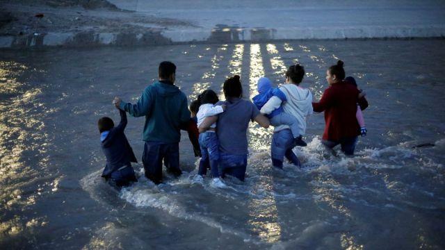 Foto: Un grupo de migrantes centroamericanos cruzan el Río Bravo. El 11 de junio de 2019