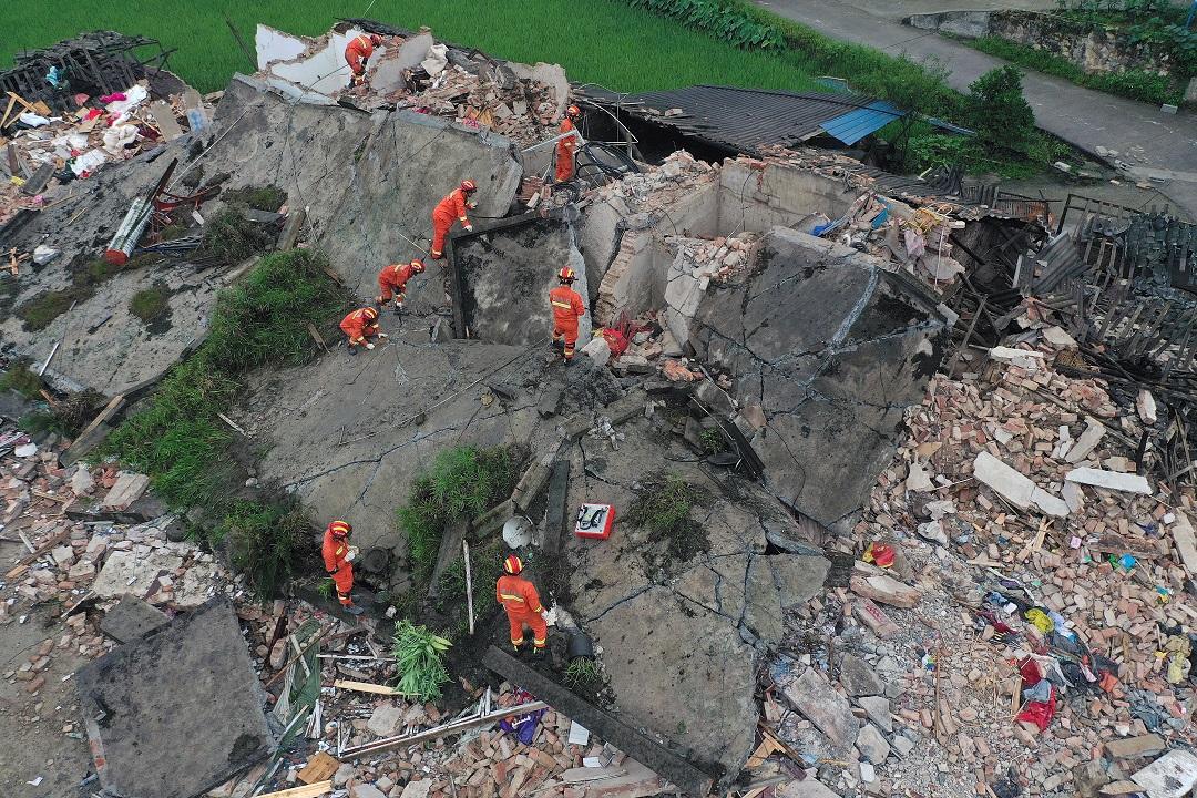 Foto: Rescatistas buscan sobrevivientes en una casa derrumbada por el sismo en Yibin, en la provincia de Sichuan, China. El 18 de junio de 2019