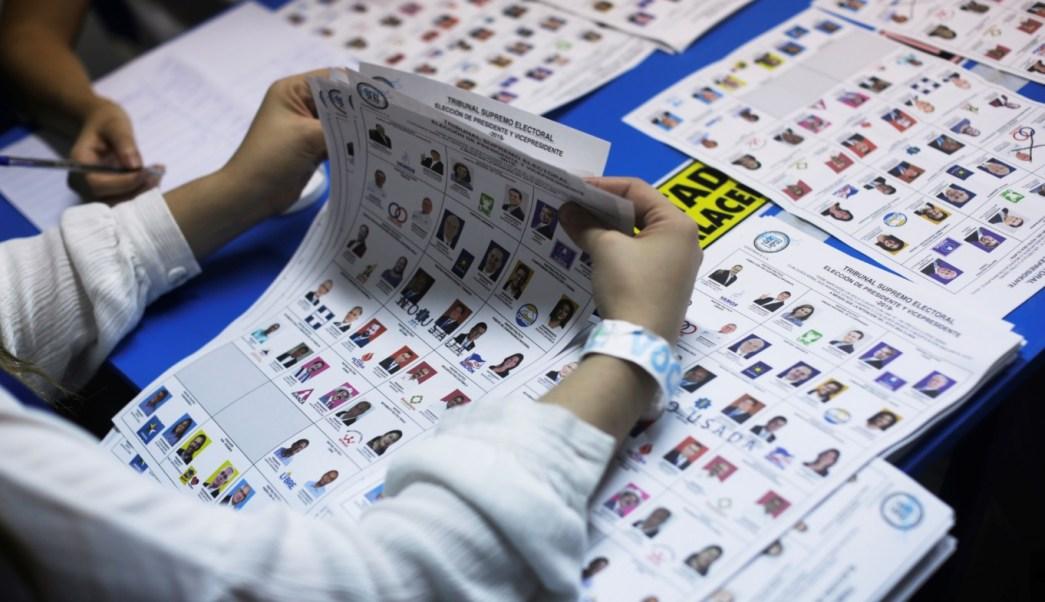 Foto: Los trabajadores electorales examinan las papeletas mientras cuentan los votos después de la primera vuelta de las elecciones presidenciales en Guatemala, junio 16 de 2019 (Reuters)
