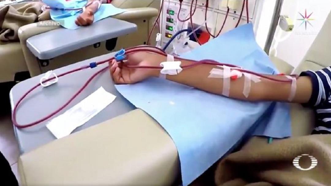 Pacientes amenazan con encadenarse en hospital de SLP por suspensión de hemodiálisis