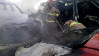 Foto: incendio en lote de autos en San Pedro Garza García, NL, 6 de junio 2019. Twitter @BomberosNL