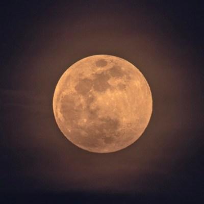 Fotos y video: ¿Qué es y cómo se vio la 'Luna de fresa'?