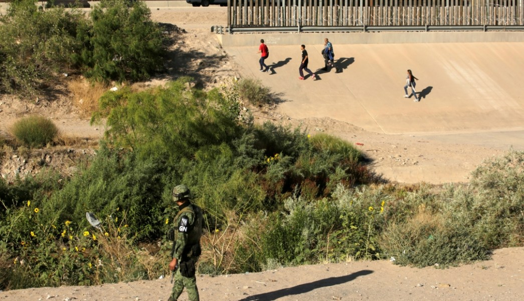 Foto: Un elemento de la Guardia Nacional vigila la frontera entre México y Estados Unidos, el 21 de junio de 2019 (Reuters)