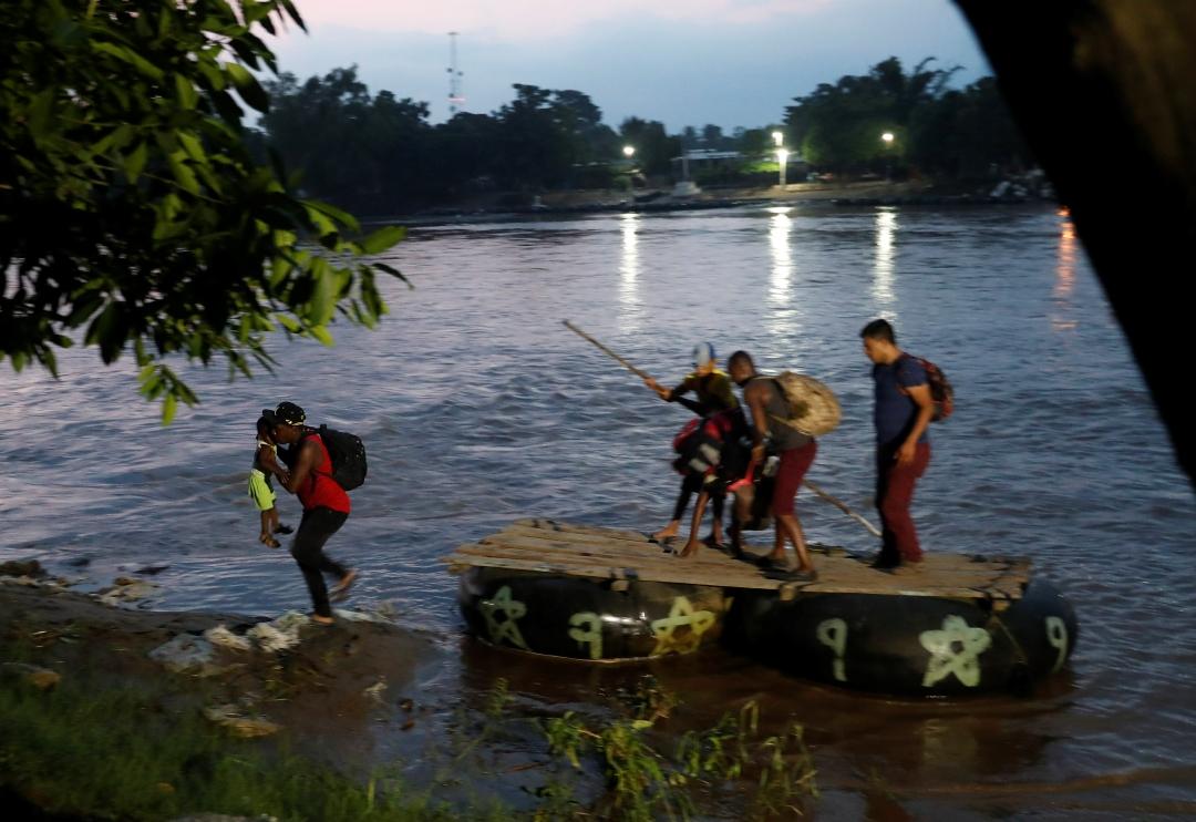 Foto: Migrantes cruzando al río Suchiate, en Guatemala, 5 de junio de 2019, Guatemala