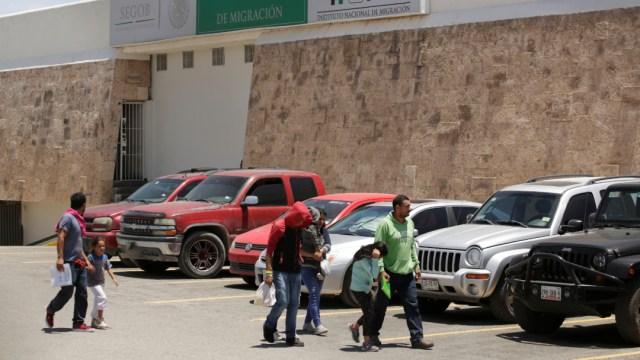 Imagen: Un grupo de migrantes camina afuera de las instalaciones del Instituto Nacional de Migración, el 22 de junio de 2019 (Reuters)