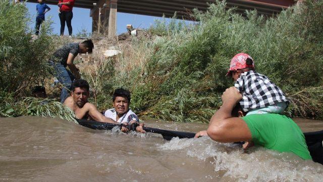 Foto: Migrantes centroamericanos cruzan el Río Bravo, 11 de junio 2019. EFE