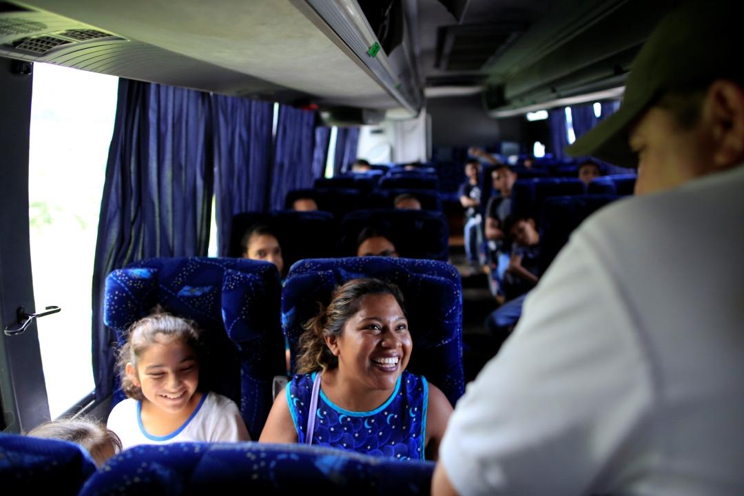 Foto: Mujer charla con ofical del Instituto Nacional de Migración, 12 de junio de 2019, Chiapas
