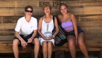 """Imagen: Lynn Fleming, (centro), murió el miércoles 26 de junio en un hospital por una bacteria """"come-carne"""", junio 29 de 2019 (Foto: Fox35orlando)"""