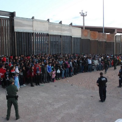 Más de 200 migrantes se entregan a la Patrulla Fronteriza en El Paso, Texas