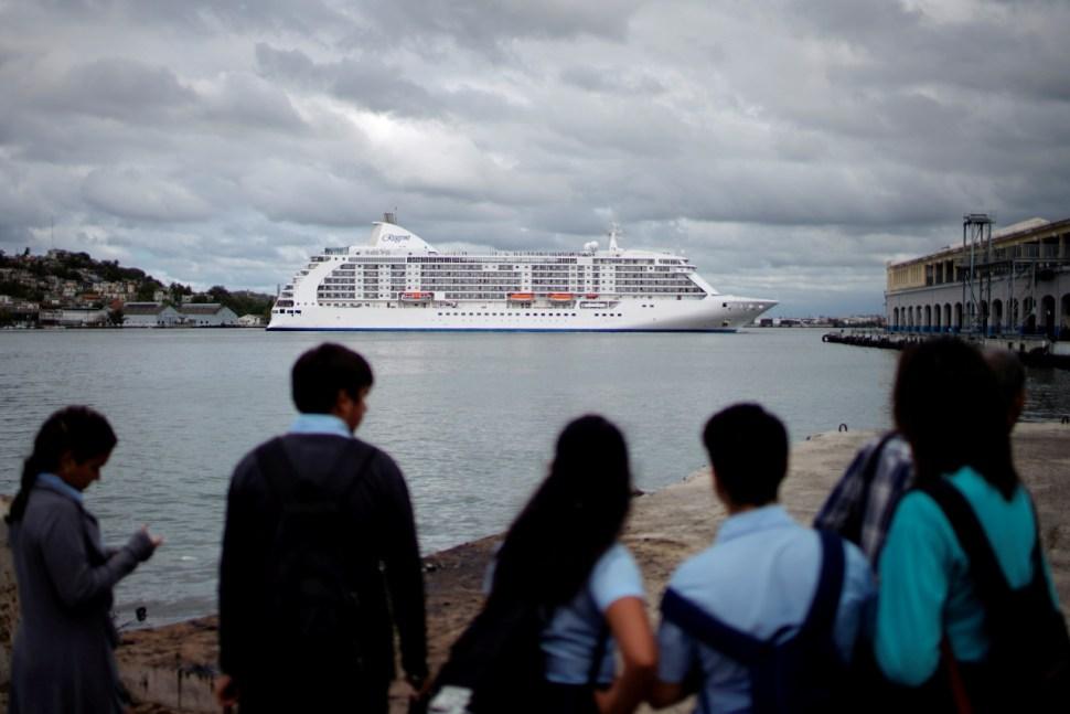 Foto: Personas observan un crucero en La Habana, Cuba, 20 de marzo de 2019, La Habana