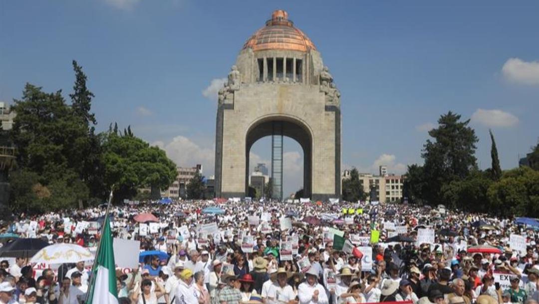 Foto: Miles de personas participan en la Ciudad de México en una protesta contra AMLO, el 30 de junio de 2019 (EFE)