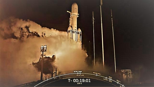 SpaceX lanza al espacio el Falcon Heavy con 24 satélites del Pentágono, la NASA y cenizas de 152 personas