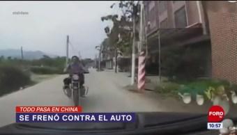 Todo Pasa En China: Se frenó contra el auto