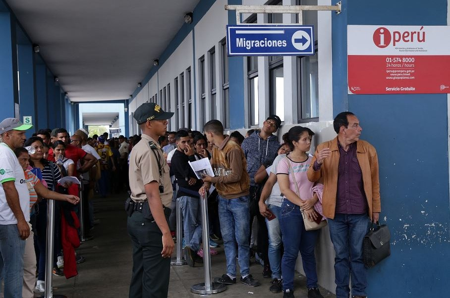 Foto: Venezolanos hacen largas filas este viernes en el Centro Binacional de Atención Fronteriza en Perú, 15 junio 2019
