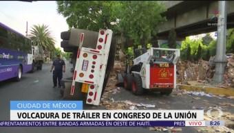 Volcadura de tráiler con cartón afecta tránsito en Congreso de la Unión