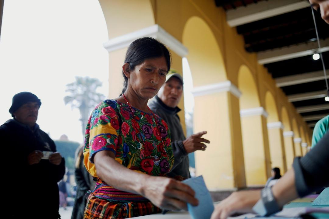 Foto: TUna mujer vota en un centro de votación en el municipio indígena de San Juan Sacatepéquez, Guatemala, 16 junio 2019