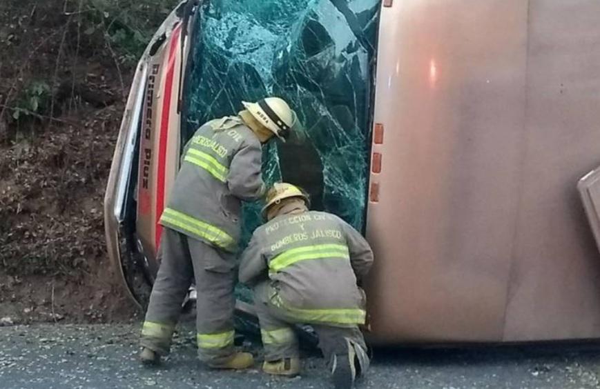 Foto: Vuelca camión de pasajeros en carretera que va de Manzanillo a Puerto Vallarta, Jalisco; hay 14 heridos de los cuales 4 son extranjeros, junio 15 de 2019 (Imagen: eloccidental.com)