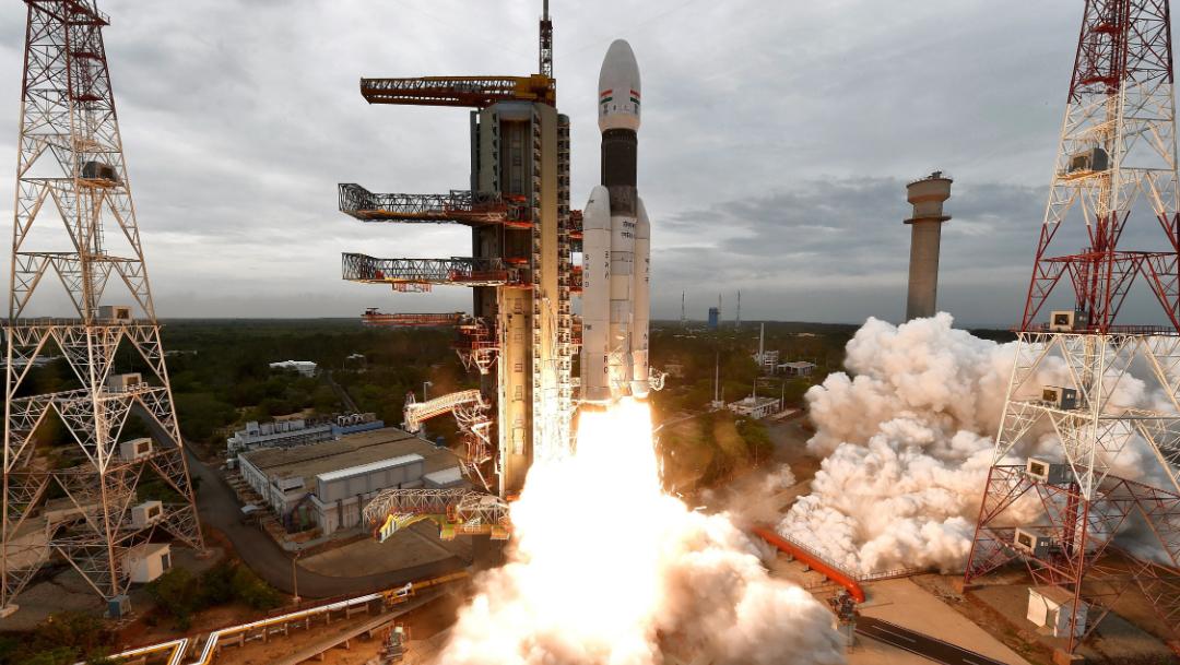 India lanza con éxito su misión al inexplorado polo sur de la Luna