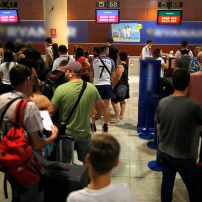 Cancelan 88 vuelos en Barcelona por una huelga y fuertes lluvias