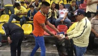 Foto afición del América recoge la basura en el Estadio Azteca después del partido 22 julio 2019