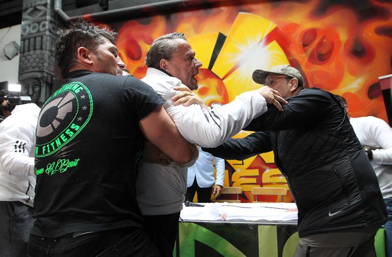 Alfredo Adame intenta golpear a Carlos Trejo. El 10 de julio de 2019