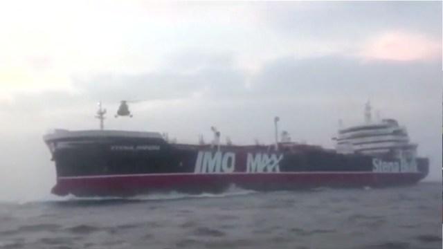 Foto: Un helicóptero se cierne sobre el petrolero de bandera británica Stena Impero cerca del estrecho de Ormuz, julio 20 de 2019 (Reuters)