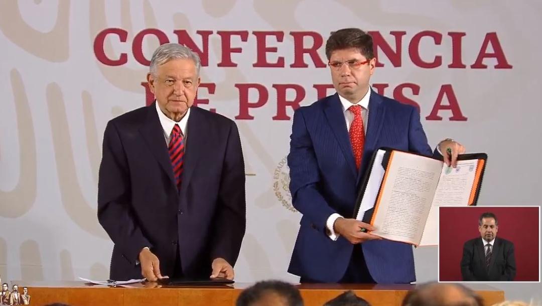 Foto: AMLO firma ante notario publico su compromiso a la no reelección presidencial y a lo no corrupción, 25 julio 2019