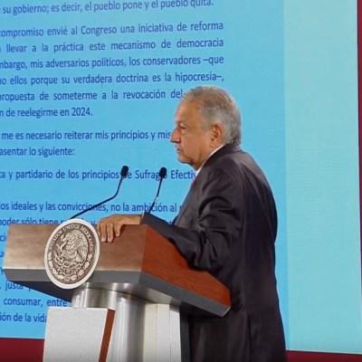 AMLO muestra documento firmado con compromiso de no reelección