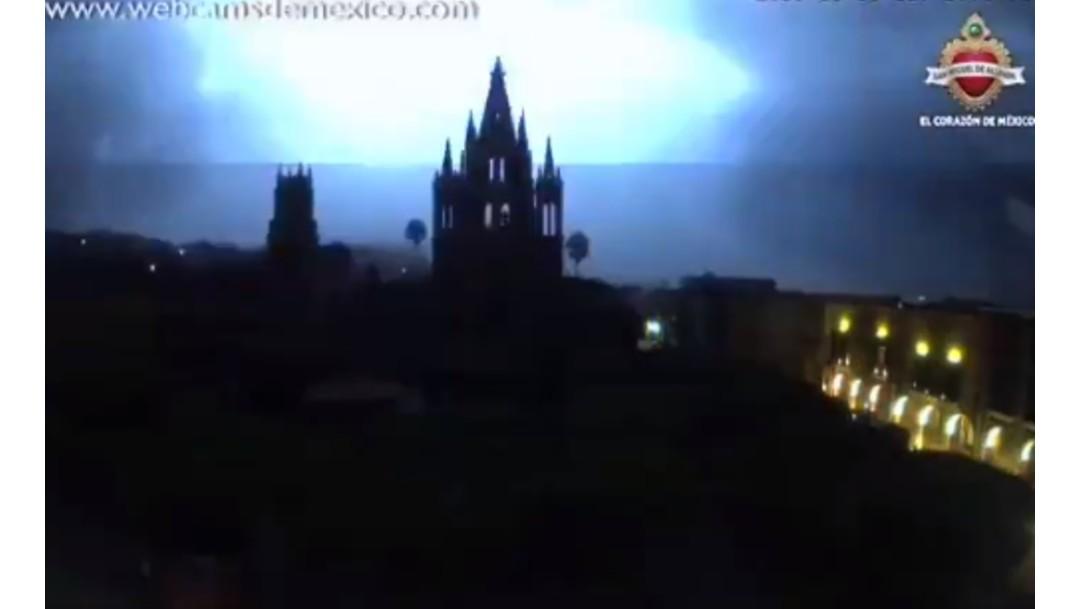 FOTO El domingo 30 de junio, durante una eléctrica, se registró un apagón en San Miguel de Allende (@webcamsdemexico)