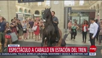 FOTO: Artistas a caballo presentan espectáculo en estación de tren de París, 21 Julio 2019
