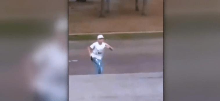 FOTO Video: Conductor evita robo usando su auto, en la CDMX (Noticieros Televisa/@OpEsp))