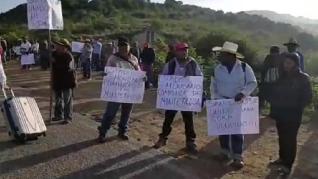 Foto: los habitantes retuvieron a 16 personas que se encontraban trabajando en el predio, 12 de julio de 2019 (Noticieros Televisa)